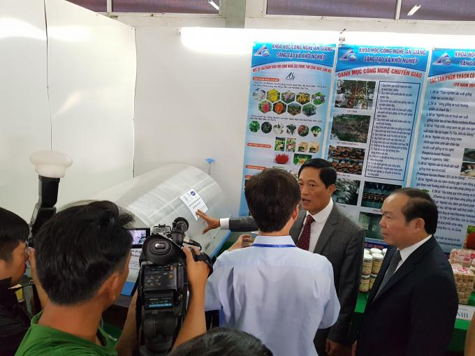 Photo: Mr. Tang Phu An, Director of Department of Science and Technology, An Giang Province (in blue shirt) is explaining the mechanism of the SDD to Mr. Tran Van Tung, Deputy Minister of Ministry of Science and Technology (touching the SDD model); and Mr. Nguyen Ngoc Bao, Chairman of Vietnam Cooperative Alliance (right corner)