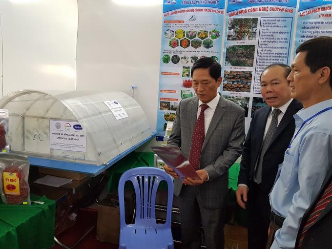 Photo: Mr. Tran Van Tung, Deputy Minister of Ministry of Science and Technology, is examining the chili product dried with the SDD. To his left hand is Mr. Nguyen Ngoc Bao, Chairman of Vietnam Cooperative Alliance. At the far right corner is Mr. Tang Phu An, Director of Department of Science and Technology, An Giang Province