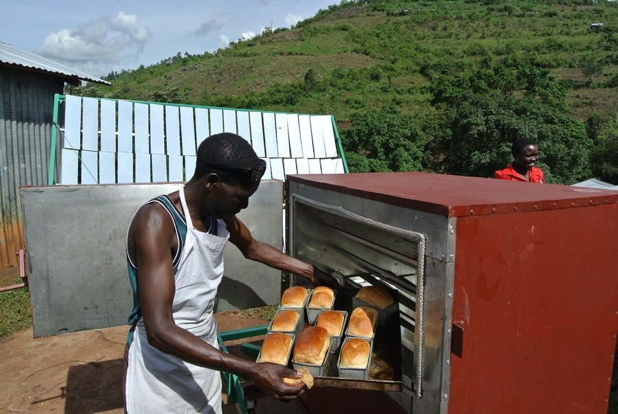 gosol_david-baker-at-koptige-cooperative-pulling-out-freshly-baked-bread-from-the-sol5-oven-2016